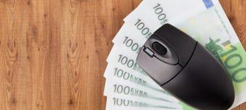 Feche acima do rato do computador e do euro- dinheiro Foto de Stock Royalty Free