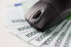 Feche acima do rato do computador e do euro- dinheiro do dinheiro Imagem de Stock Royalty Free