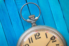 Feche acima do relógio de bolso do estilo antigo fotografia de stock