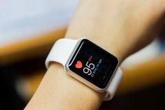 Feche acima do relógio esperto branco com saúde app Imagem de Stock