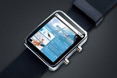 Feche acima do relógio esperto com notícia da Web na tela Imagens de Stock Royalty Free