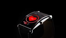 Feche acima do relógio esperto preto com ícone da frequência cardíaca Fotografia de Stock Royalty Free