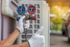 Feche acima do reparo do condicionamento de ar, reparador no fixi do assoalho foto de stock