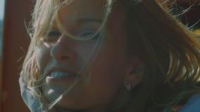 Feche acima do retrato do cabelo de sorriso da jovem mulher bonita que funde no vento filme