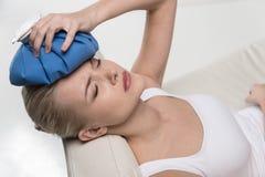 Feche acima do retrato da dor de cabeça do sentimento da mulher Imagem de Stock Royalty Free