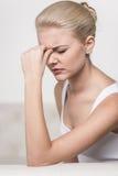 Feche acima do retrato da dor de cabeça do sentimento da mulher Fotos de Stock