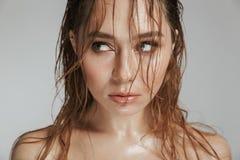 Feche acima do retrato da forma de uma mulher sedutor em topless imagens de stock royalty free