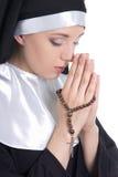 Feche acima do retrato da freira bonita nova da mulher que reza com rosa Fotos de Stock