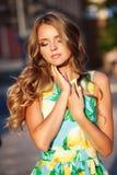 Feche acima do retrato da jovem mulher bonita com sensual compõem e Imagem de Stock