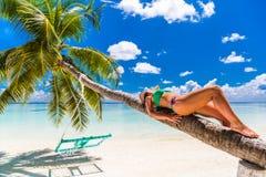 Feche acima do retrato da jovem mulher bonita que aprecia o sol na praia Projeto de conceito do curso do verão Feriado das férias foto de stock