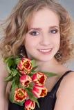 Feche acima do retrato da jovem mulher com flores fotos de stock royalty free