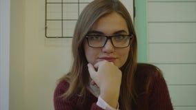 Feche acima do retrato da jovem mulher fresca e bonita que olha a câmera dentro vídeos de arquivo