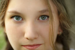 Feche acima do retrato da menina adolescente feliz Fotografia de Stock