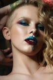 Feche acima do retrato da menina com a forma colorida compõem Fotos de Stock