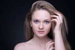 Feche acima do retrato da menina loura bonita no preto Imagem de Stock Royalty Free