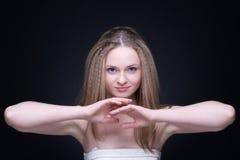 Feche acima do retrato da menina loura bonita no preto Imagens de Stock Royalty Free