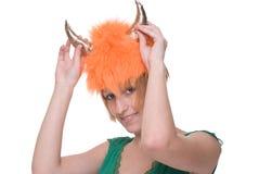 Feche acima do retrato da menina no vestido verde com máscara Fotos de Stock