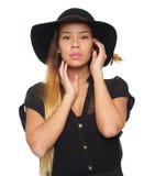 Feche acima do retrato da mulher asiática no chapéu negro fotografia de stock