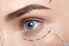 Feche acima do retrato da mulher atrativa com linha precipitada olhos e agulha da cirurgia plástica Fotos de Stock