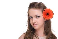 Feche acima do retrato da mulher bonita com flor Fotografia de Stock Royalty Free