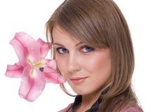 Feche acima do retrato da mulher bonita com flor Imagem de Stock Royalty Free