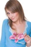 Feche acima do retrato da mulher bonita com flor Fotos de Stock