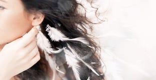 Feche acima do retrato da mulher bonita com penas brancas Fotografia de Stock Royalty Free