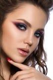 Feche acima do retrato da mulher bonita nova com composição da forma foto de stock royalty free