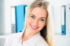 Feche acima do retrato da mulher de negócio de sorriso fotografia de stock royalty free