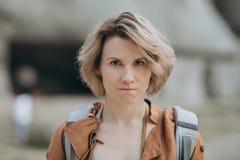 Feche acima do retrato da mulher irritada irritada nova Emoções humanas negativas, expressões da cara imagens de stock