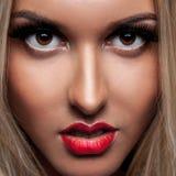 Feche acima do retrato da mulher loura bonita com compõem Imagens de Stock Royalty Free