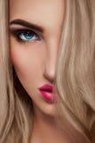 Feche acima do retrato da mulher loura 'sexy' imagem de stock