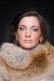 Feche acima do retrato da mulher nova da forma na pele fotos de stock royalty free