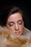 Feche acima do retrato da mulher nova da forma na pele fotografia de stock
