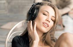 Feche acima do retrato da mulher que escuta a música em casa Foto de Stock