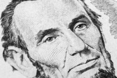 Feche acima do retrato da vista de Abraham Lincoln na uma nota de dólar cinco Fundo do dinheiro nota de dólar 5 com Abraham Linco fotos de stock royalty free