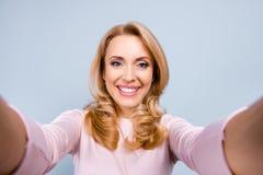 Feche acima do retrato de alegre feliz alegre com s de irradiação toothy fotos de stock royalty free