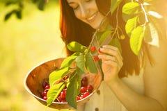 Feche acima do retrato de cerejas bonitas da colheita da menina do gengibre fotos de stock royalty free