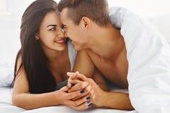 Feche acima do retrato de pares românticos na cama foto de stock