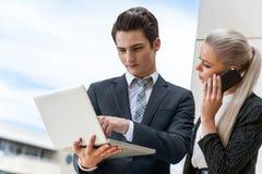 Pares novos do negócio na reunião exterior. foto de stock