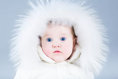 Feche acima do retrato de um bebê bonito no revestimento do inverno fotos de stock