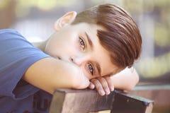 Feche acima do retrato de um menino considerável imagem de stock royalty free