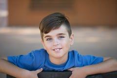Feche acima do retrato de um menino considerável fotografia de stock