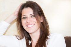 feche acima do retrato de um sorriso expressivo feliz e bonito novo de 30 mulheres entusiasmado e agradável na expressão positiva Fotos de Stock