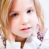 Feche acima do retrato de uma criança loura foto de stock royalty free