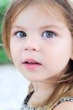 Feche acima do retrato de uma menina bonita 3 anos velha, olhar reto Fotos de Stock