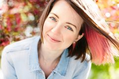 Feche acima do retrato de uma menina bonita com o cabelo cor-de-rosa que está em um jardim de florescência da maçã Mola, fora Fotografia de Stock Royalty Free