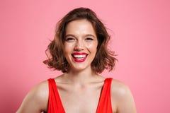 Feche acima do retrato de uma mulher alegre de sorriso imagens de stock