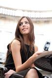 Mulher de negócios com pilha no café. imagens de stock royalty free