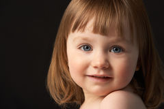 Feche acima do retrato do estúdio da rapariga de sorriso fotos de stock